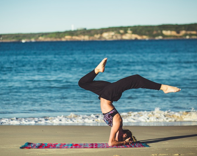 5 ejercicios de fuerza que puedes hacer estas vacaciones en la playa